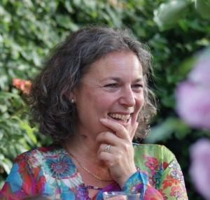 Kleurige portretfoto van een lachende Yvette de Beer